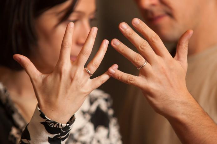 Noi doi, cu inele pe degete.