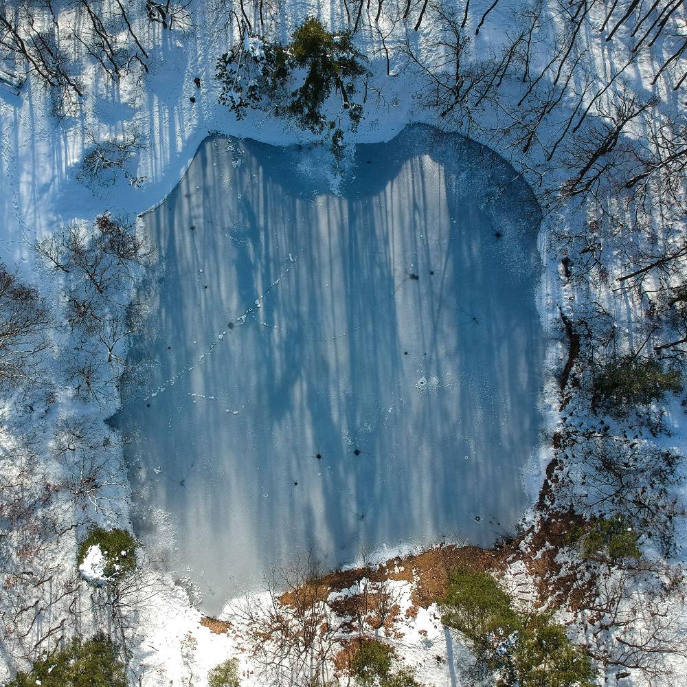 Lacul Albastru iarna văzut din dronă
